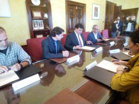 Firmando un acuerdo con el Ayuntamiento